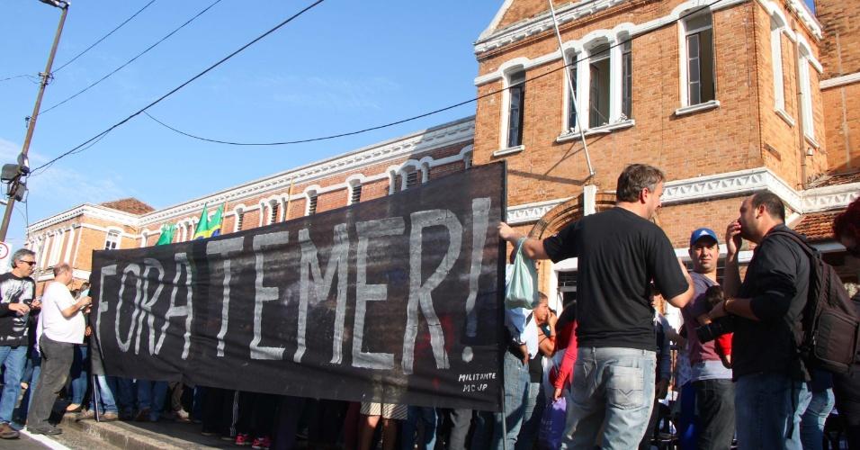 20.jul.2016 - Manifestantes protestam contra o governo interino de Michel Temer durante passagem da tocha olímpica em Campinas (SP)