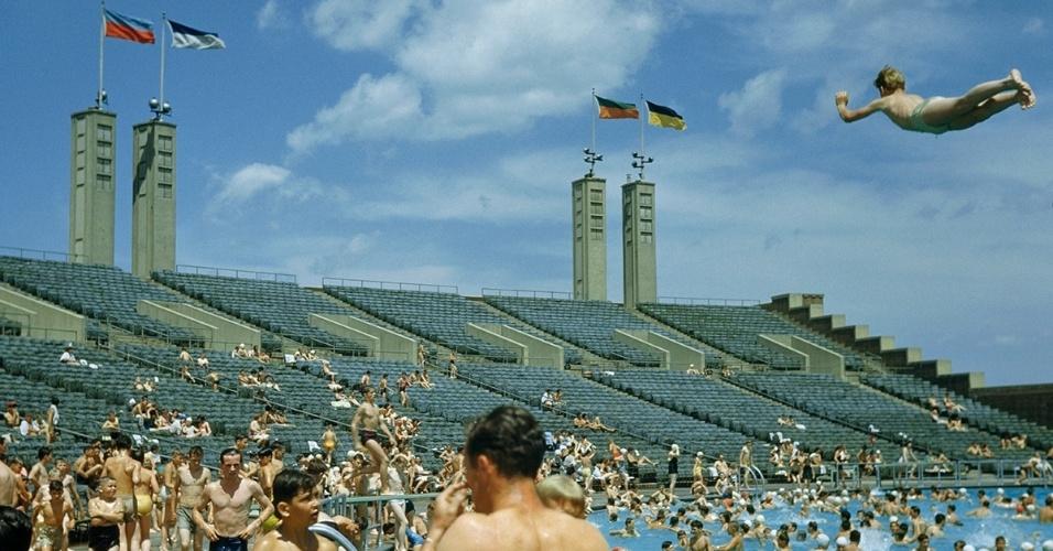 3.ago.2016 - Banhistas nadam numa piscina em Nova York (EUA). No verão, os novaiorquinos se refrescam em piscinas espalhadas pelos 5 distritos da cidade