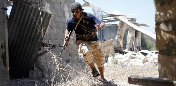 8.ago.2016 - Combatente das forças líbias aliadas ao governo luta contra o Estado Islâmico em Sirte, na Líbia