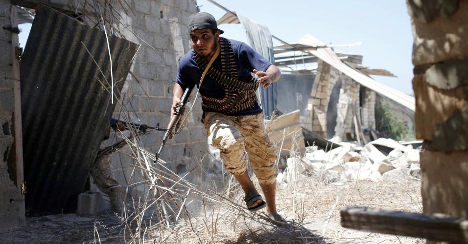 8.ago.2016 - Combatente das forças líbia aliadas ao governo luta contra o Estado Islâmico em Sirte, na Líbia