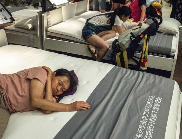Láááá na China é comum as pessoas dormirem nas camas da Ikea durante o dia