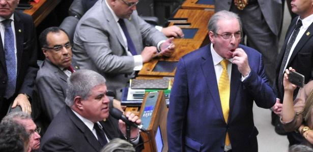 O então deputado Eduardo Cunha (PMDB-RJ) e Carlos Marun (PMDB-MS), seu aliado, ao microfone