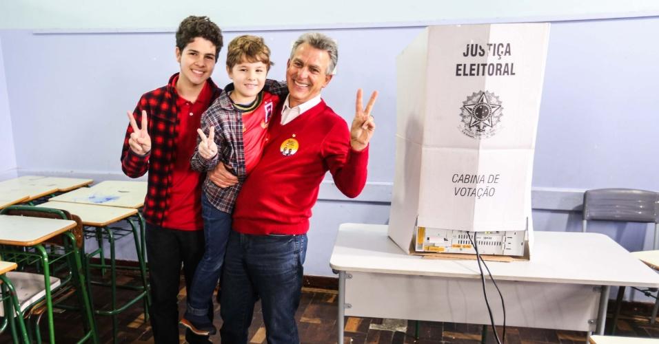 2.out.2016 - Candidato do PT à Prefeitura, Tadeu Veneri, vota no bairro Tarumã, em Curitiba (PR), na manhã deste domingo (2)