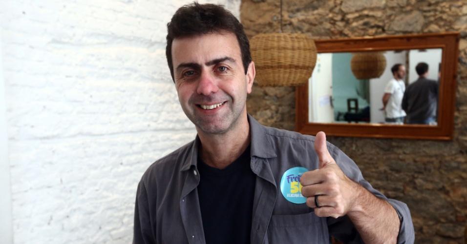 3.out.2016 - Um dia após avançar para o segundo turno das eleições para prefeito do Rio de Janeiro, Marcelo Freixo (PSOL) participou de reunião fechada com aliados em seu escritório no bairro da Glória, na zona sul
