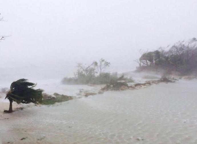 6.out.2016 - Furacão Matthew causa chuva e vento em Adelaide, nas Bahamas