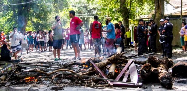 Moradores bloquearam a rua com pedaços de árvores e lixo para impedir a entrada da PM
