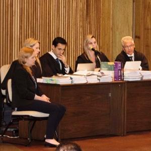 28.nov.2016 - Elize Matsunaga (primeira à esquerda) está sendo julgada no Fórum da Barra Funda (SP)