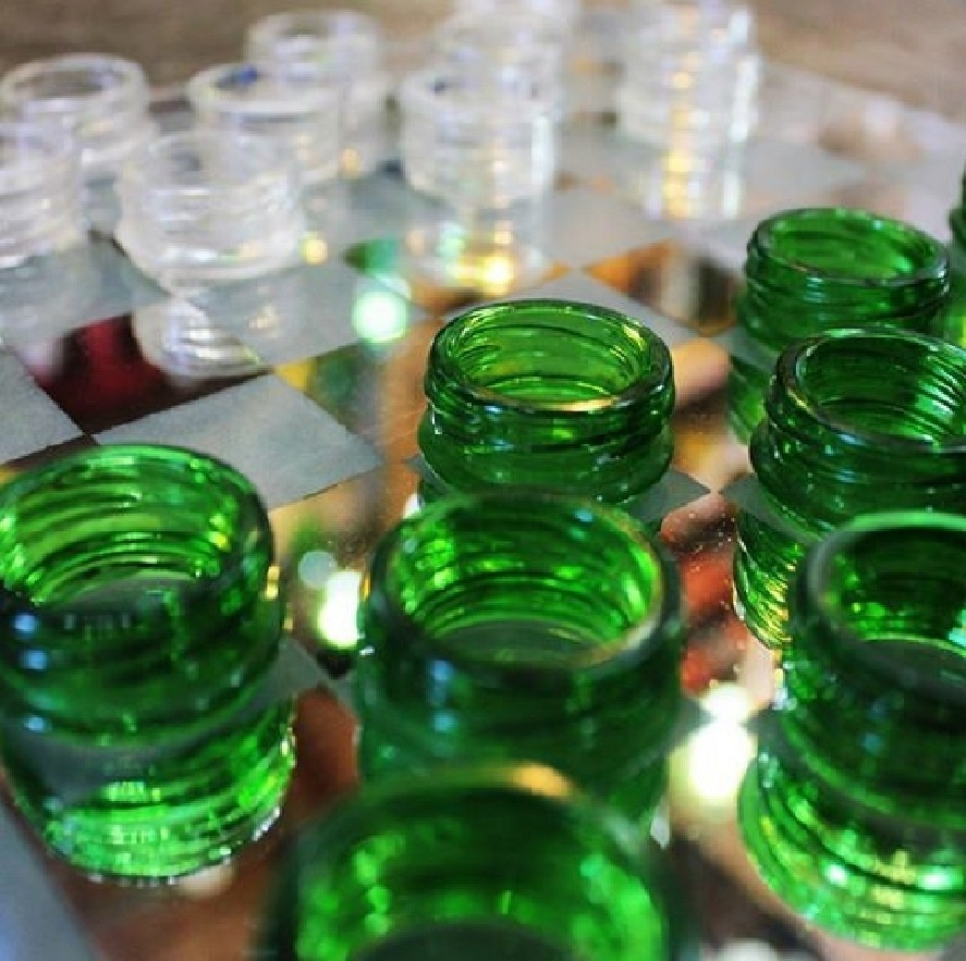Jogo de xadrez feito com garrafa de vidro, pela empresa Casa do Vidro, arrendada pela ong Associação Amigos do Rio Formoso de Bonito (MS)
