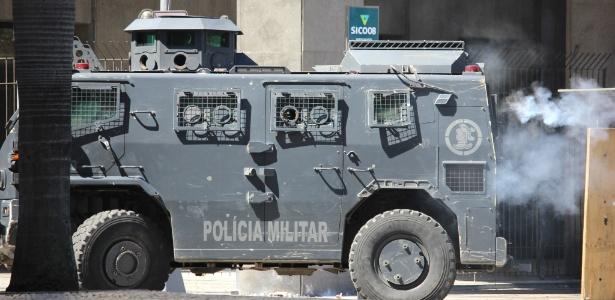 6.dez.2016 - Carros blindados da PM são usados para conter protesto nas imediações da Alerj