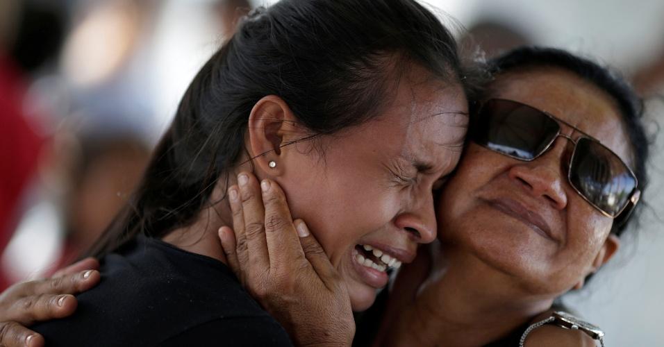 3.jan.2017 - Mulher chora, em frente ao IML (Instituto Médico Legal) de Manaus, ao receber informação de que seu irmão está entre os presos mortos