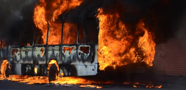 Ônibus é incendiado na tarde desta quarta-feira (18) na rua Café Filho, na zona leste de Natal