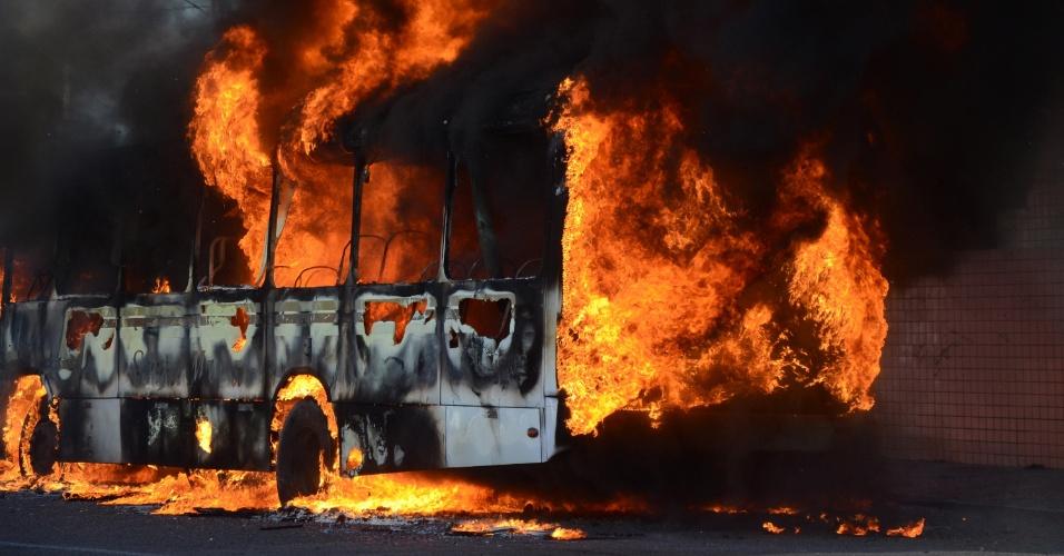 18.jan.2016 - No dia da transferência de presos em Alcaçuz, presídio onde houve rebelião com 26 mortos no último final de semana, quatro veículos -- três ônibus e um carro -- foram incendiados na tarde desta quarta-feira (18) na rua Café Filho, na zona leste de Natal