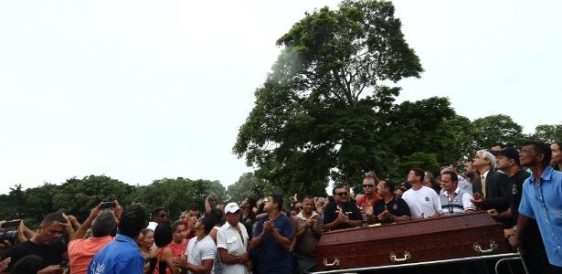 Parentes e amigos participam de funeral de policial civil em Vitória