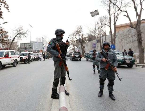 Policiais afegãos fazem guarda nas proximidades de hospital atacado por insurgentes