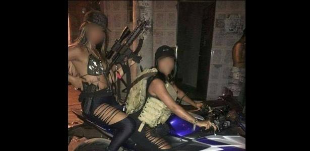 Polícia investiga se as armas que aparecem nas imagens são reais