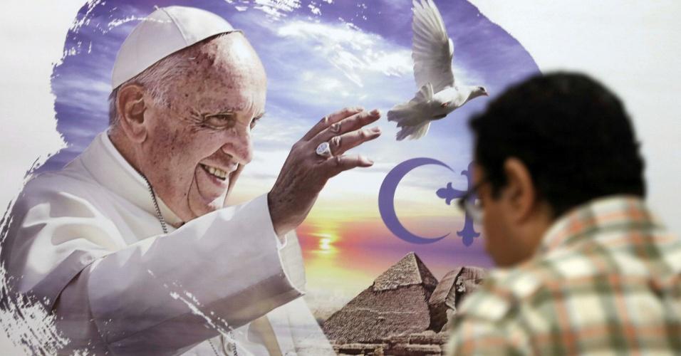 6.abr.2017 - Homem observa pôster do Papa Francisco dias antes da visita do pontífice ao Egito