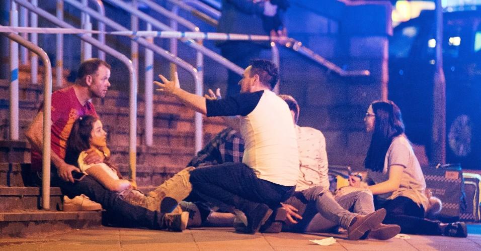 22.mai.2017 - Jovens reagem após ataque em Manchester, no Reino Unido