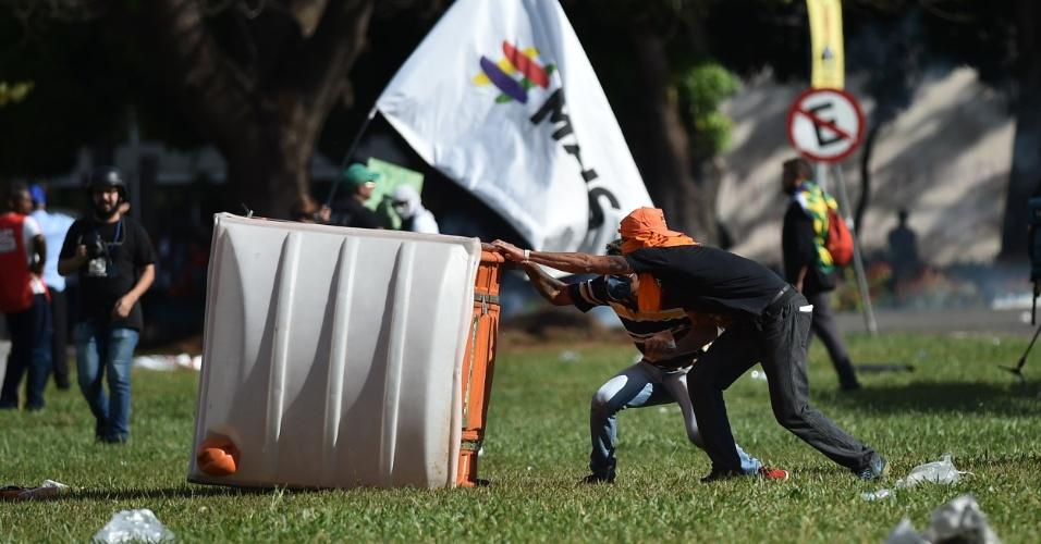 24.mai.2017 - Confronto entre policiais e manifestantes durante ato convocado pela Central Única dos Trabalhadores (CUT), a Força Sindical e outros sindicatos de várias partes do Brasil, nesta quarta-feira, 24, em Brasília.