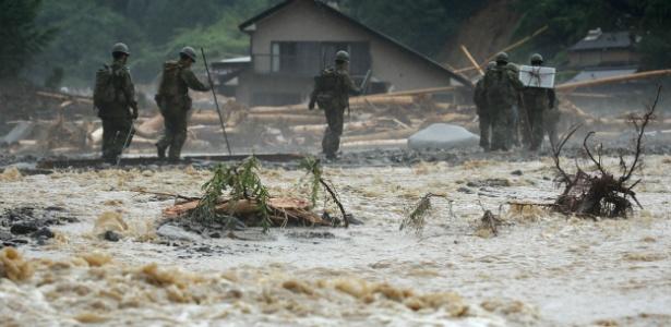 Agentes da Defesa Civil do país mantém buscas na cidade de Asakura, no sul do Japão - Jiji Press/AFP