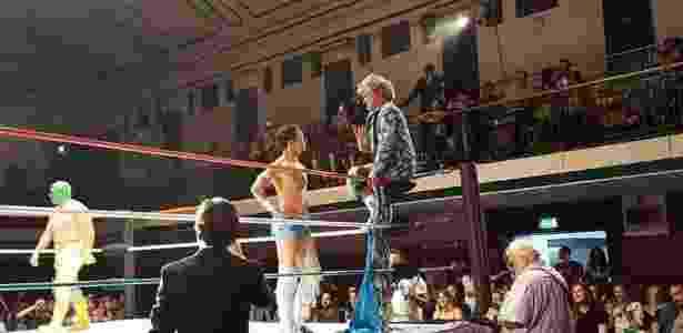 """Saúl """"Cassandro"""" Armendáriz em ação no ringue de luta - Rob Brazier/Divulgação"""