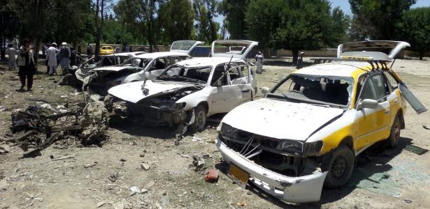 Veículos danificados após explosão de carro bomba em Khost, no Afeganistão