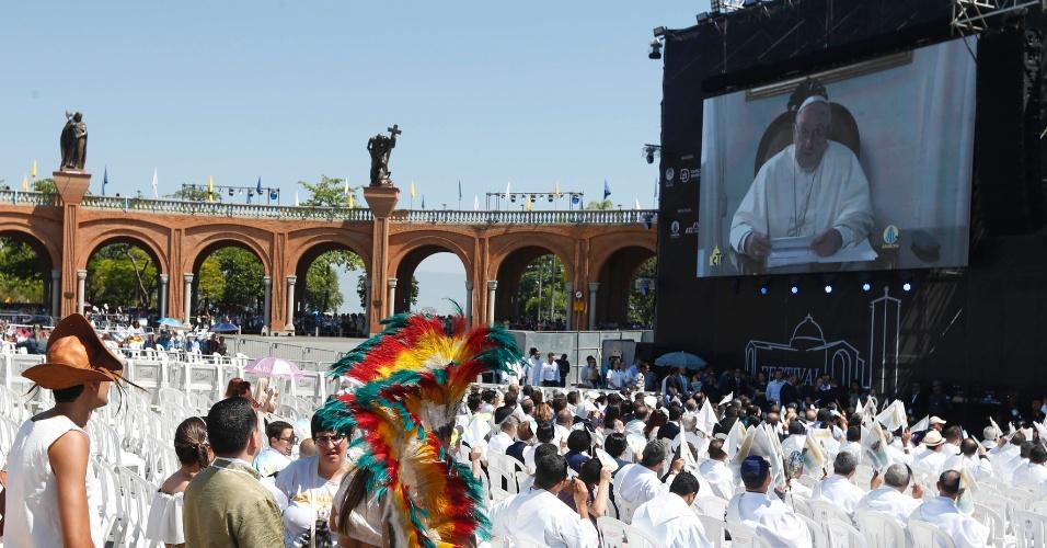 12.out.2017 - Fiéis acompanham pronunciamento do papa Francisco em telão montado em frente à Basílica de Nossa Senhora Aparecida, durante missa realizada na tarde desta quinta-feira (12), em Aparecida (SP)