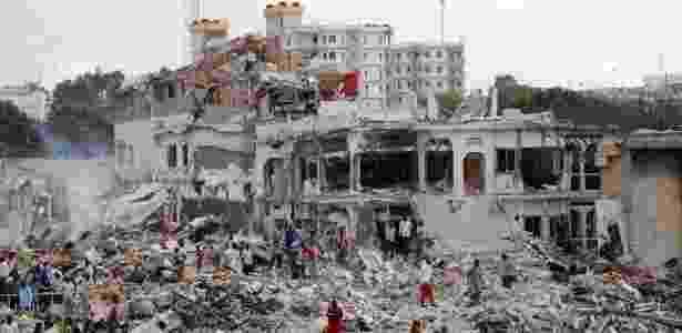 Forças do governo e civis buscam por sobreviventes no local de uma explosão no distrito de Hodan, Mogadíscio - Feisal Omar/Reuters