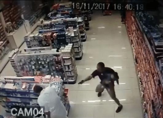 18.out.2017 - Um policial militar de folga reagiu a um assalto dentro e, segurando o filho no colo, baleou e matou dois suspeitos dentro de uma farmácia localizada na cidade de Campo Limpo Paulista, vizinha a Jundiaí, no Estado de São Paulo