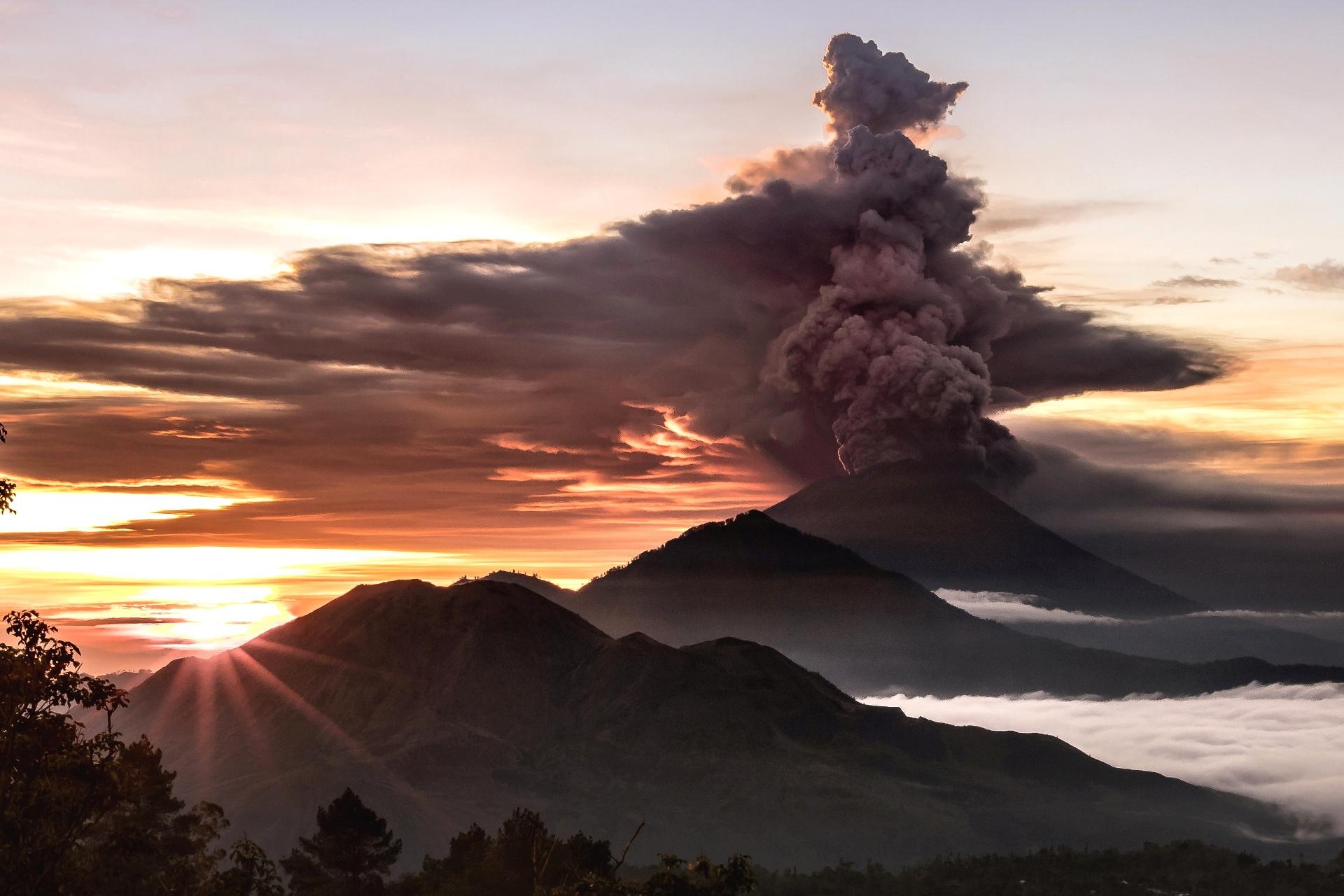 26.nov.2017 - O vulcão Mount Agung é visto expelindo fumaça e cinza em Bali, Indonésia. Mais de 30.000 habitantes da ilha turística de Karangasem abandonaram suas casas por medo da erupção, segundo as autoridades indonésias. As nuvens de cinza alcançaram até 4.000 metros de altura, provocando alerta máxima para aviação. A última erupção do Agung aconteceu em 1963