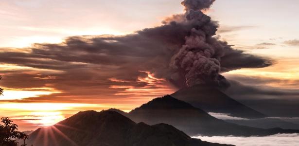 26.nov.2017 - O vulcão Mount Agung é visto expelindo fumaça e cinza em Bali, Indonésia - Emilio Kuzma Floyd/Reuters