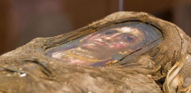 Múmia tem o retrato de uma criança posicionado sobre o rosto