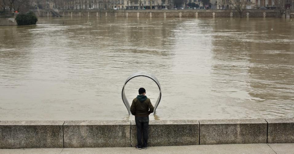 27.jan.2018 - Chuvas intensas ocorridas nos últimos dias causaram o aumento no nível do rio Sena. A cidade de Paris enfrenta risco de inundação