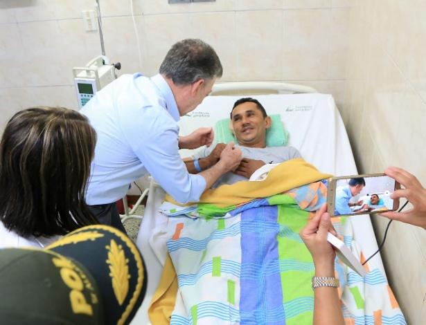 O presidente colombiano visita policiais feridos em atentado do ELN