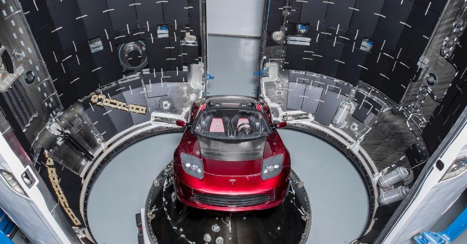 O foguete da empresa de Elon Musk vai levar ao espaço um Roadster vermelho-cereja