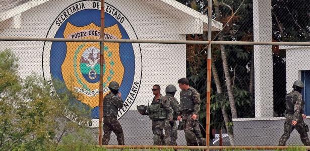 Homens das Forças Armadas e agentes da administração penitenciária fazem uma operação em presídio