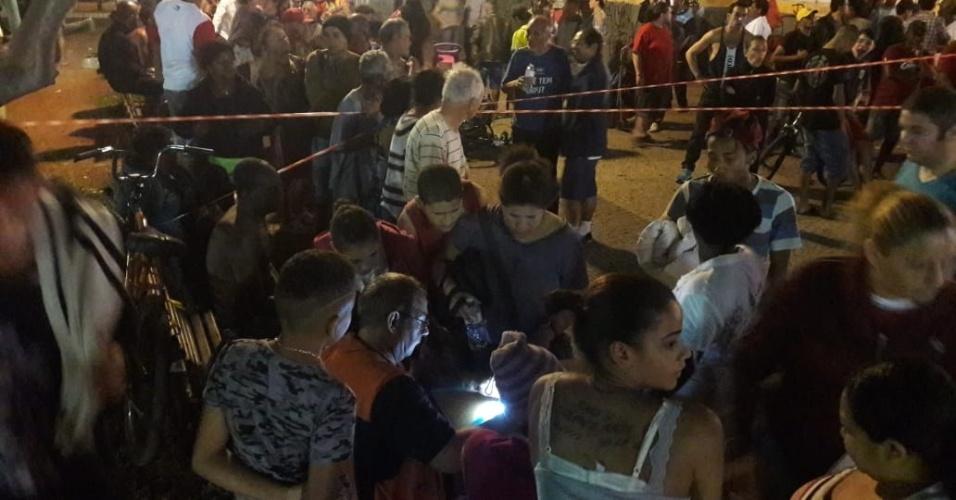 1º.abr.2018 - Moradores fazem fila para serem cadastrados pela Defesa Civil do município