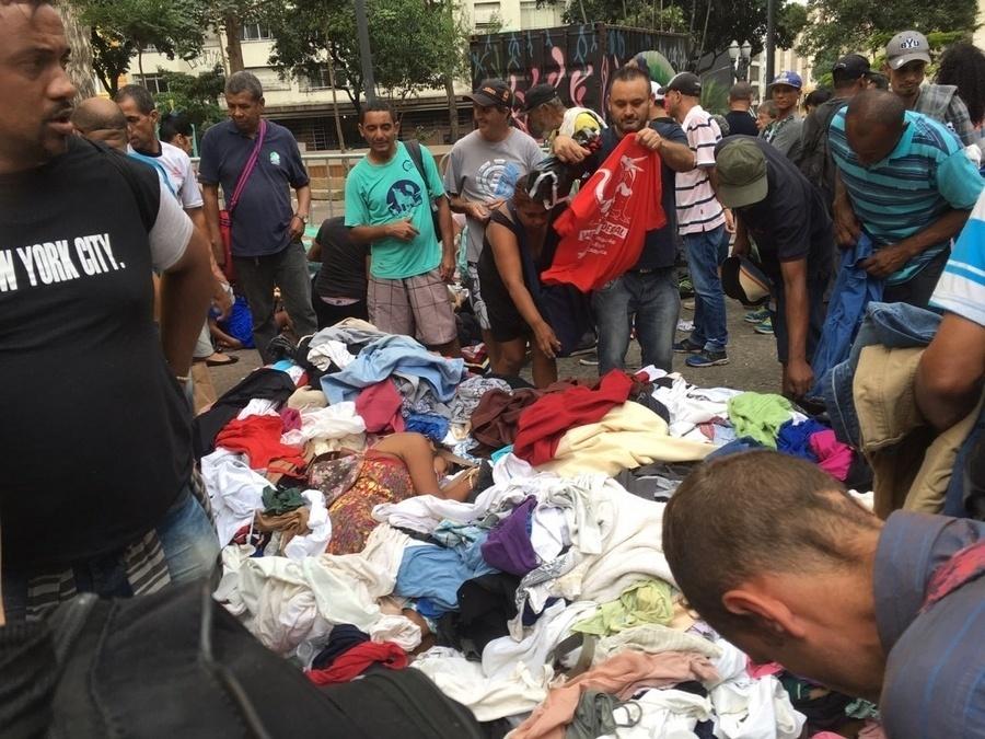 1º.mai.2018 - Moradores do prédio que desabou após pegar fogo no centro de São Paulo recebem doações
