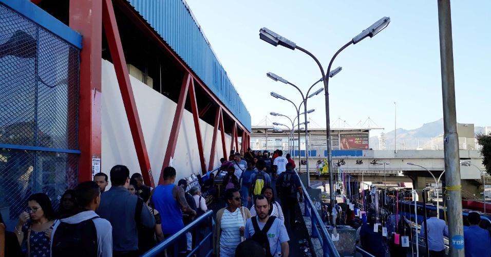 Movimentação de passageiros na estação Madureira do BRT, no Rio de Janeiro, na manhã desta terça-feira (29). Os ônibus dos corredores expressos do BRT saíram do plano de contingência e voltaram à operação normal por volta das 10h30, segundo o consórcio que opera o sistema. Em todo o estado, segundo a Fetranspor, 60% da frota dos ônibus comuns está nas ruas