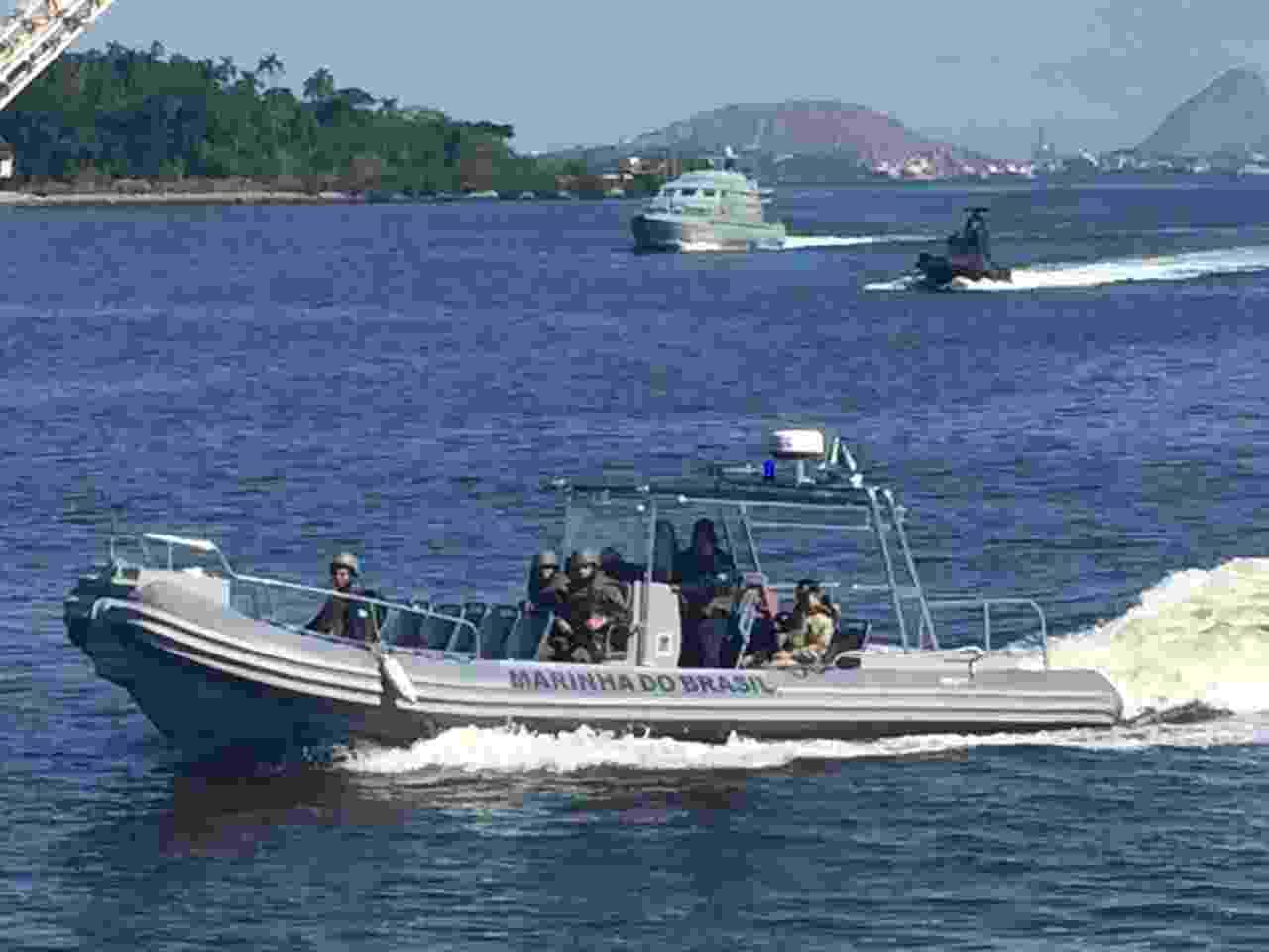 Diferentes tipos de embarcação foram usados na operação no Complexo do Salgueiro, na região metropolitana do Rio - Luis Kawaguti/UOL