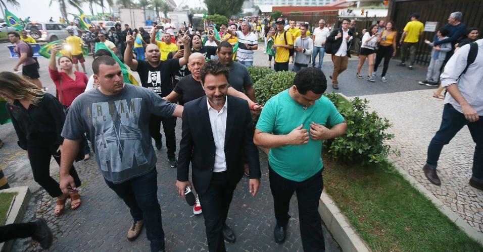 Equipe da TV Globo é expulsa por eleitores do candidato Jair Bolsonaro, de manifestação a favor do presidenciável na porta de seu condomínio na Barra da Tijuca, na zona oeste do Rio de Janeiro