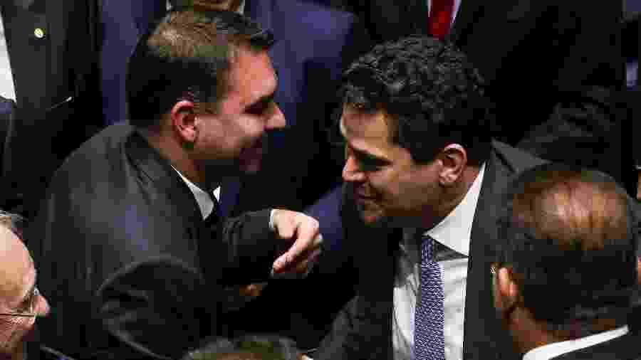 O senador Davi Alcolumbre (DEM-AP) é cumprimentado pelo senador Flávio Bolsonaro (PSL-RJ) enquanto comemora sua eleição para a presidência do Senado neste sábado (2) - Pedro Ladeira/Folhapress