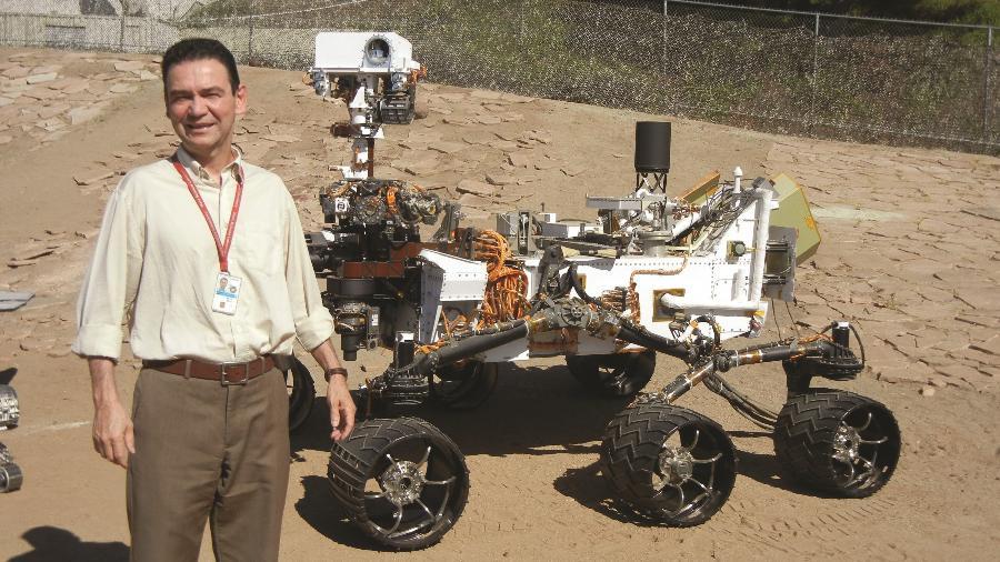 Ivair Gontijo, ao lado da Curiosity: brasileiro ajudou a projetar robô - Arquivo Pessoal