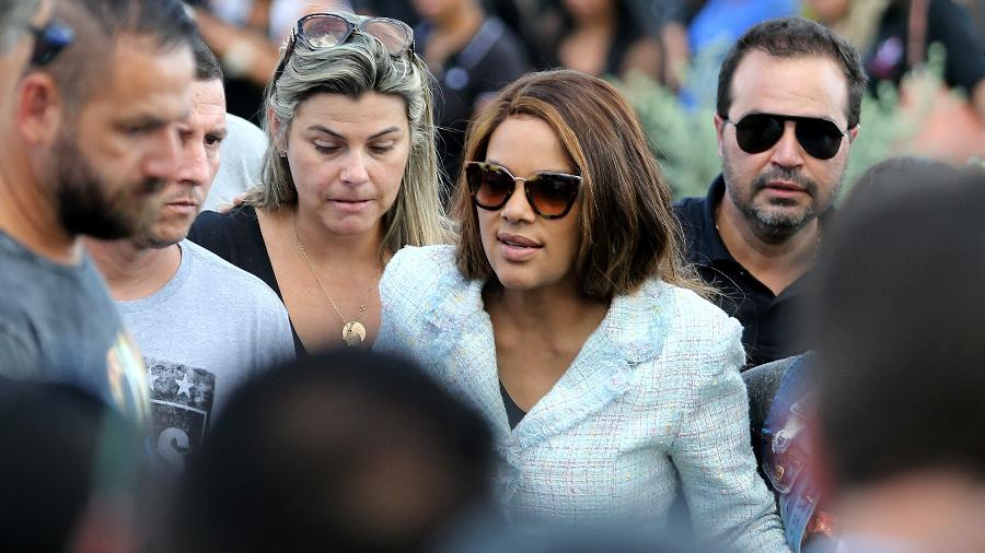 17.jun.2019 - Flordelis (PSD-RJ), de óculos escuros, durante o enterro de Anderson do Carmo de Souza; deputada foi denunciada como mandante do assassinato - Wilton Junior/Estadão Conteúdo