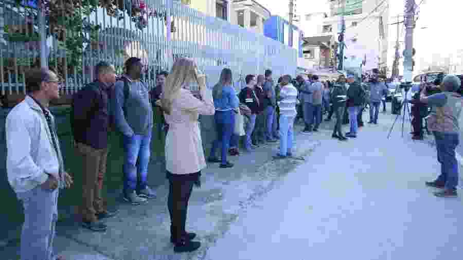 Fila de pessoas após um anúncio falso de emprego no centro de Niterói (RJ) - José Lucena/Futura Press/Estadão Conteúdo