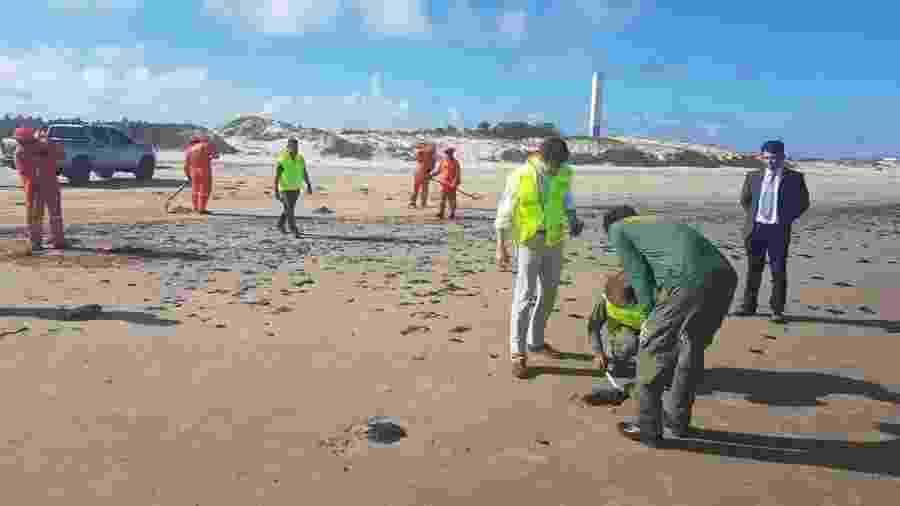 Ricardo Salles vistoria mancha de óleo em praia de Sergipe - @rsallesmma/Twitter