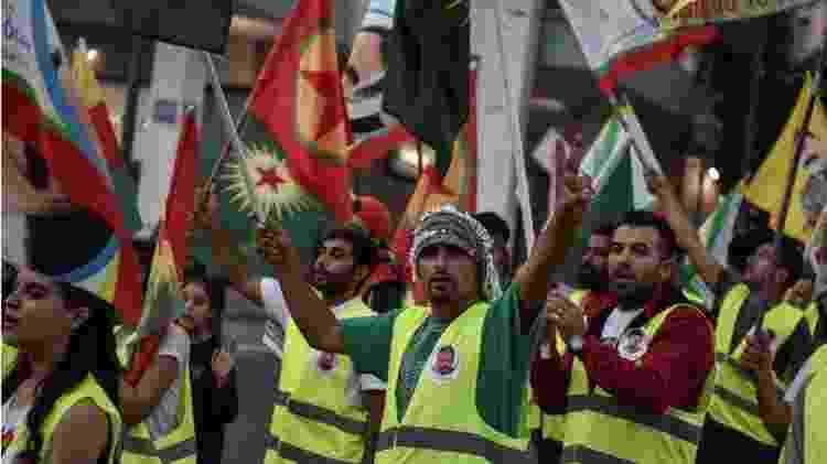Curdos em Atenas protestam contra decisão de Trump, que foi vista como 'punhalada pelas costas' pelos grupos que combateram o Estado Islâmico - AFP