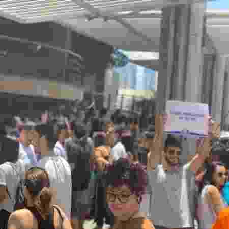 Estudantes se aglomeram em frente a universidade em São Paulo, um dos locais de prova do Enem 2019 - Vitor Pamplona/Colaboração para o UOL