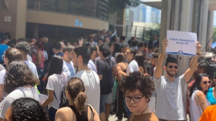3.nov.2019 - Estudantes se aglomeram em frente a universidade em São Paulo, um dos locais de prova do Enem 2019 - Vitor Pamplona/Colaboração para o UOL