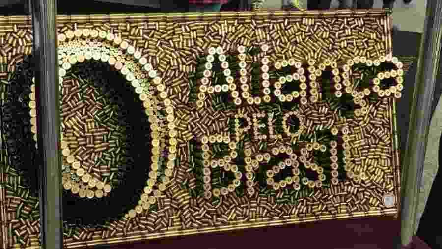 Painel escrito Aliança pelo Brasil formado por cartuchos de bala feito por Rodrigo Camacho - Lucaiana Amaral/UOL