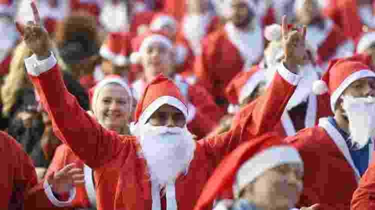 Milhares de pessoas vestidas de Papai Noel participam de corrida beneficente na Escócia - Getty